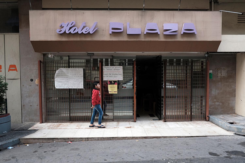 Porta d'accés a l'Hotel City Plaza, d'Atenes, que acull famílies refugiades i és gestionat per voluntaris