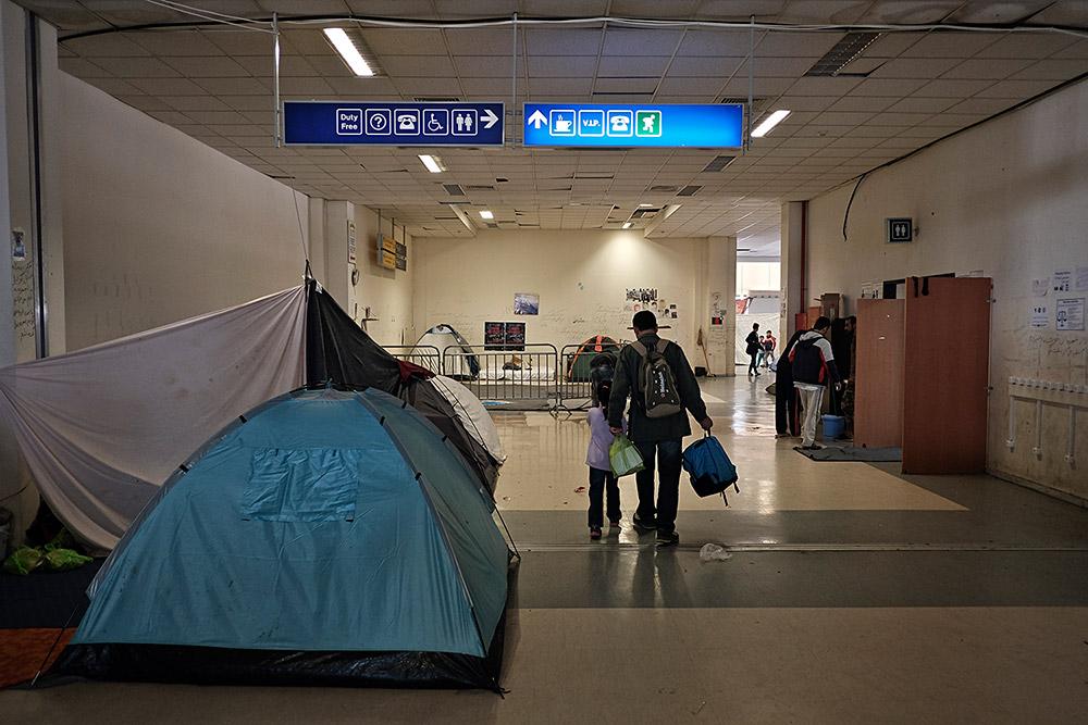 La terminal de sortides de l'antic aeroport d'Elinikó, a Atenes, refugi precari de 700 refugiats