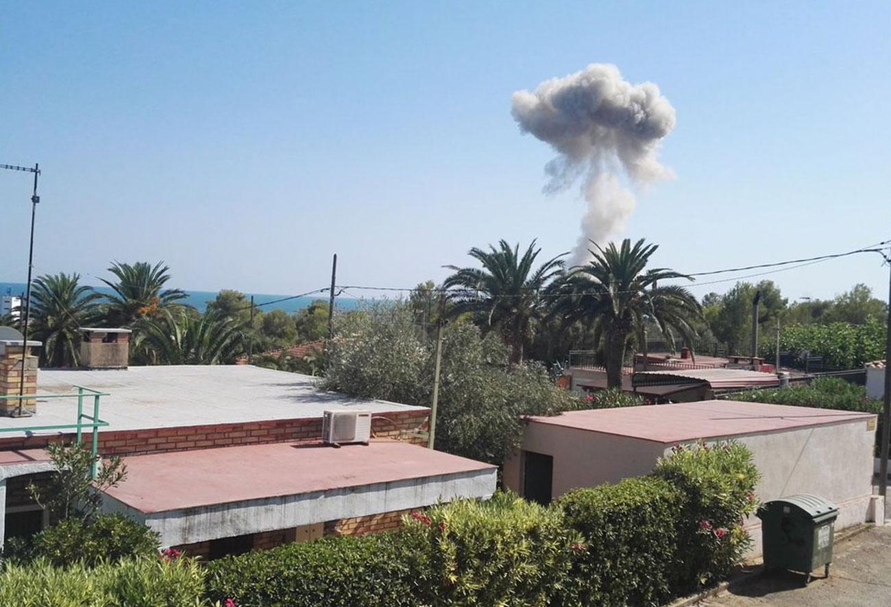 Imatge del fum que va provocar la segona explosió d'Alcanar