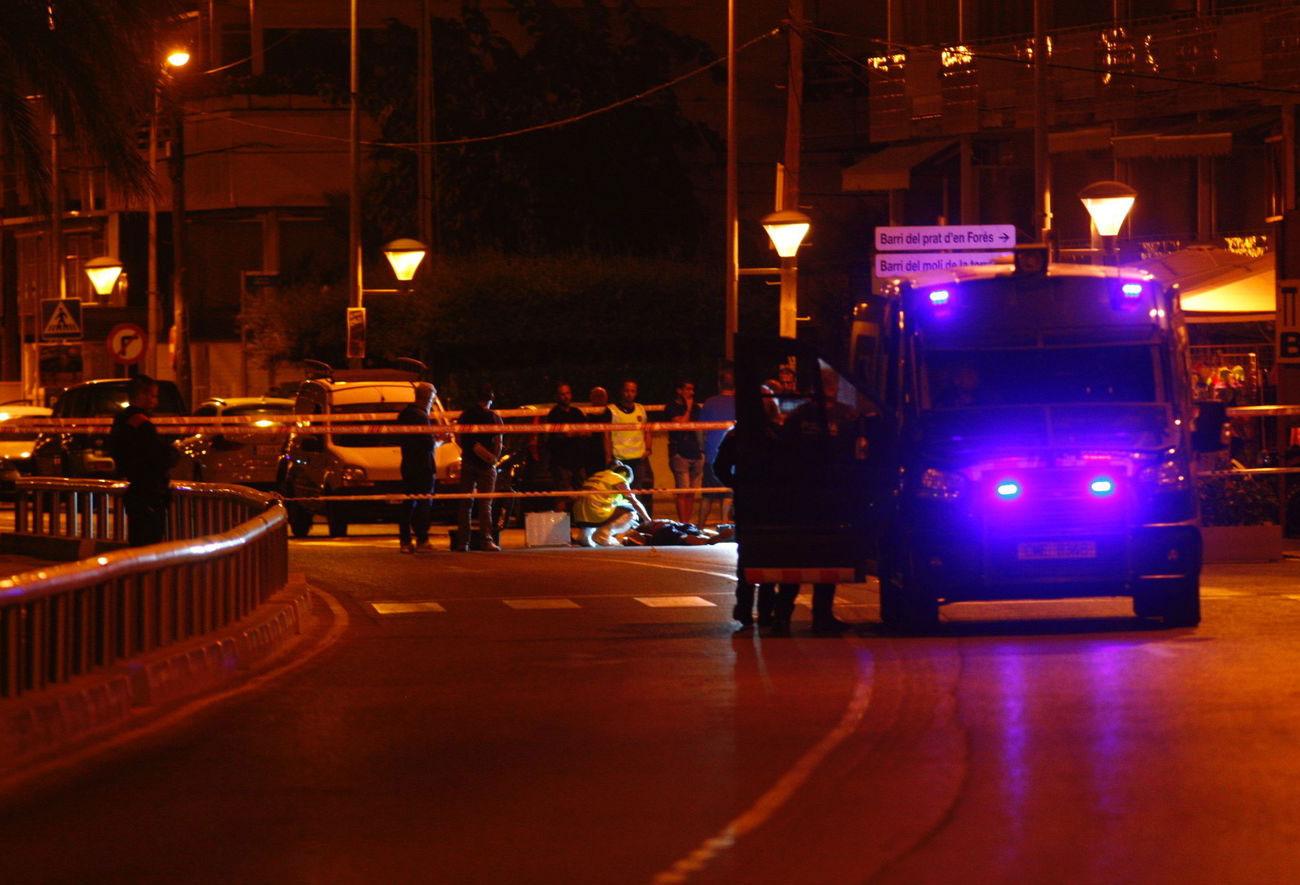 La policia científica examina una persona morta en l'atac terrorista de Cambrils