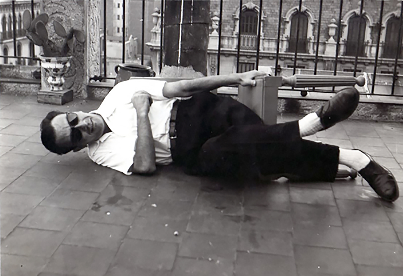 Joan Brossa jove estirat al terra, 194?.