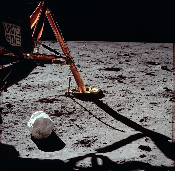 La primera foto obtinguda després d'arribar a la Lluna amb una bossa d'escombraries en primer pla