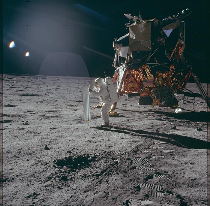 Aldrin instal·lant un col·lector de vent solar