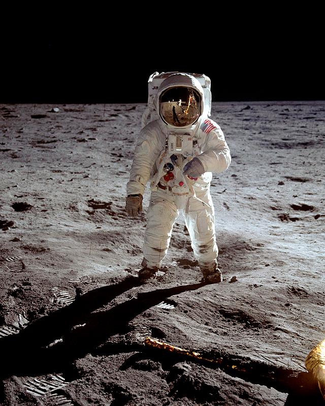 Imatge retocada d'Aldrin a la Lluna presa per Armstrong, reflectit al visor del casc