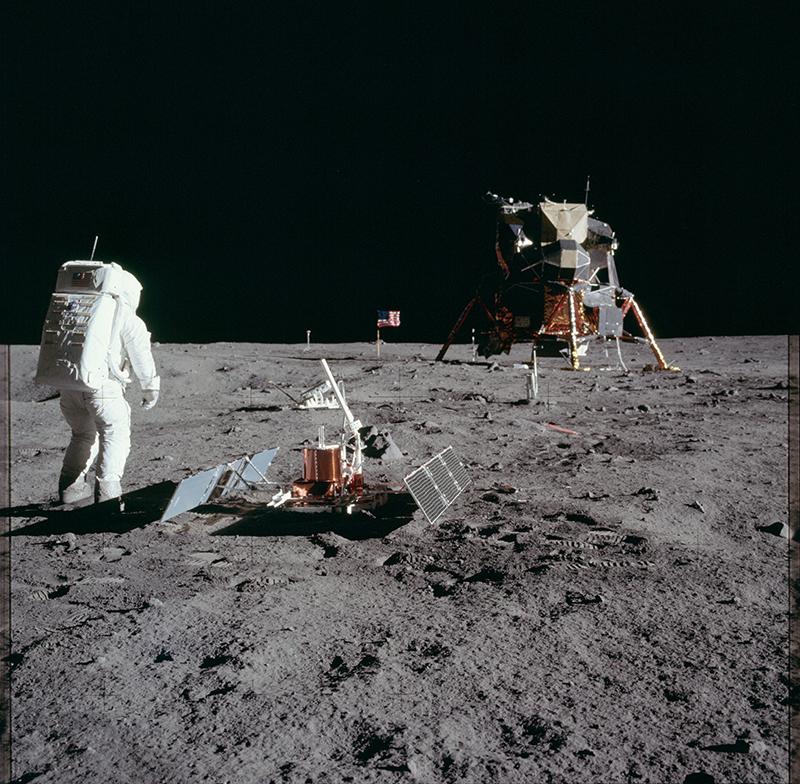 Aldrin amb el sismòmetre que van instal·lar a la Lluna