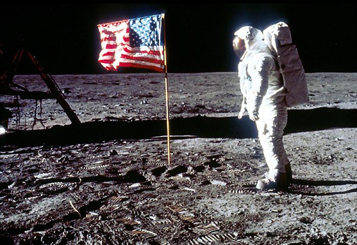 Bandera dels EUA desplegada a la Lluna