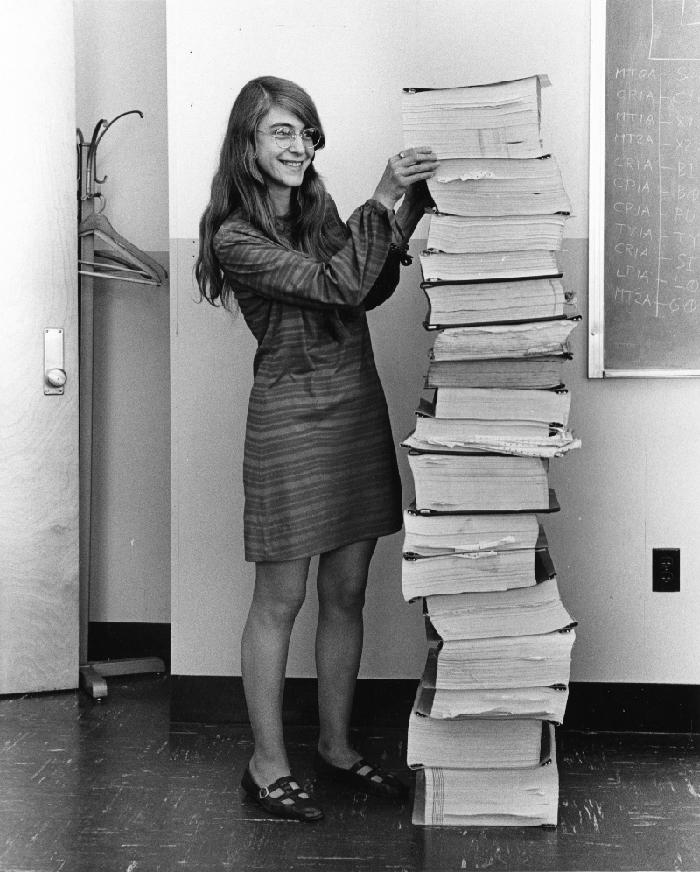 Margaret Hamilton, una de les principals responsables del software de l'Apol·lo, amb la llista completa del programa