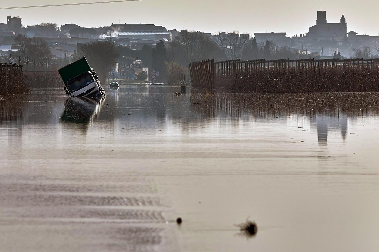 La C-31, entre Verges i Torrella de Montgrí, inundada